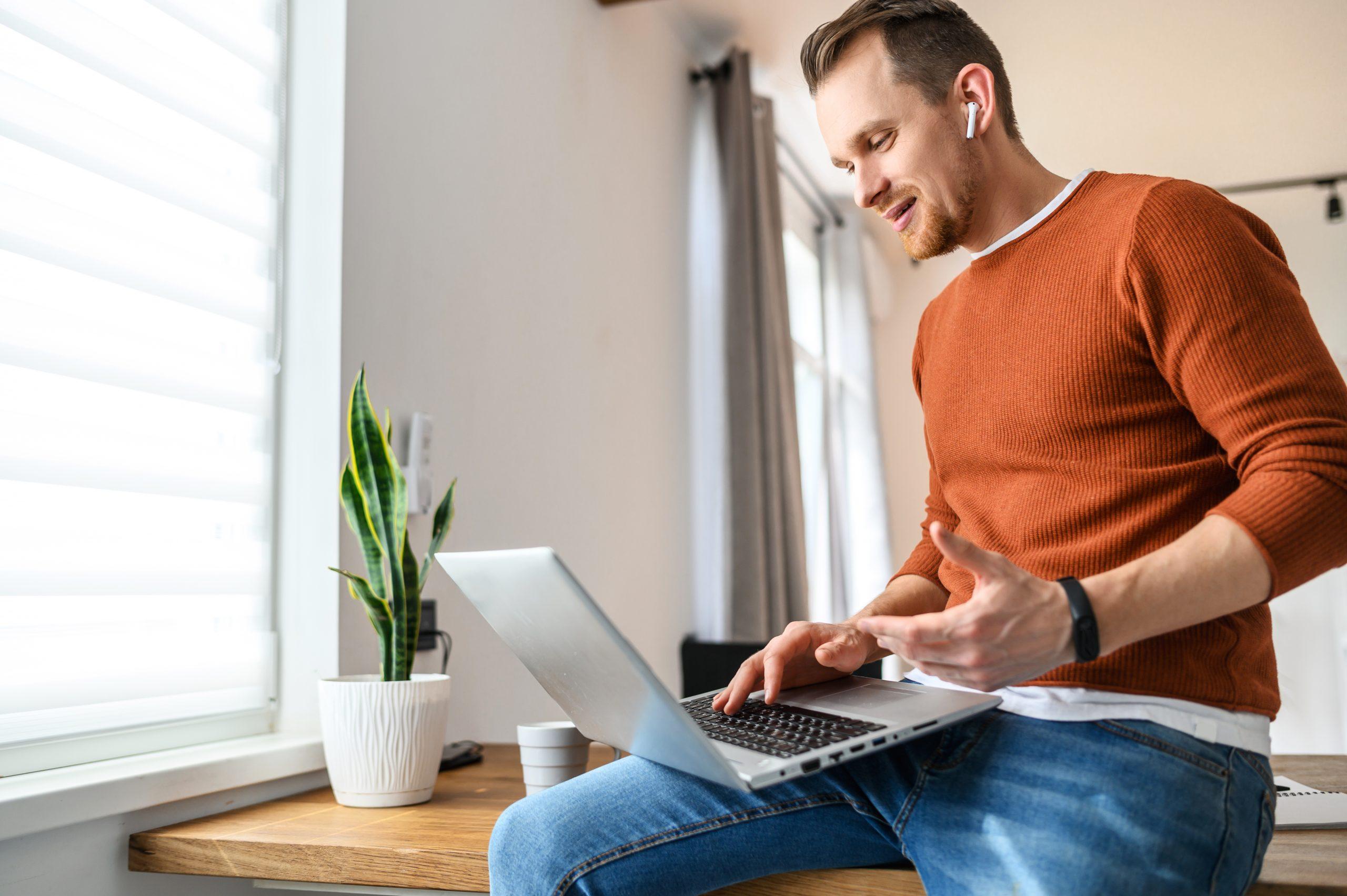 Homme en télétravail équipé d'un mobile et laptop